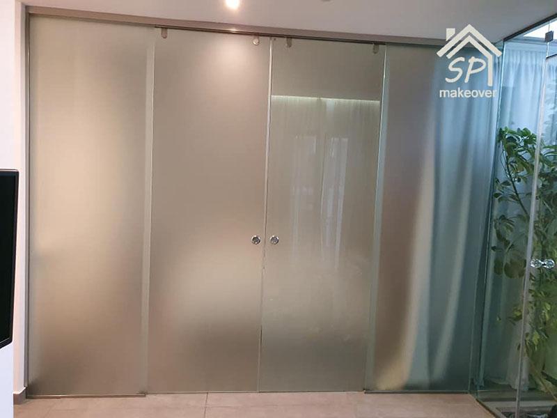 Υάλινη συρόμενη ανοιγόμενη πόρτα